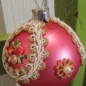 Vaaleanpunainen koristeltu lasipallo