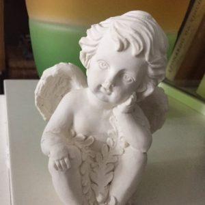 valkoinen istuva enkeli